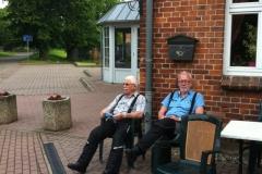 01. Alruni och Jerker, trötta och med tomma magar i väntan på första dagens logi och middag.
