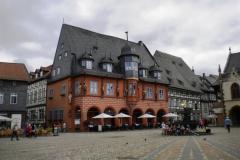 18. Torget i Goslar kantas av vackra byggnader, rikligt utsmyckade med figurer och andra fasaddekorer.