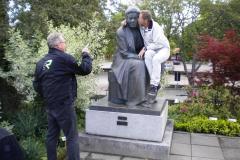 Anders kunde inte motstå tant Selmas knä och kom Nobelpristagaren riktigt nära.