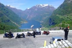 Med våra motorcyklar i förgrunden blir Geiranger ännu vackrare.